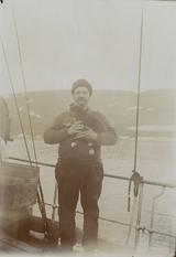 "Skipper Andreas Beck ombord i fartøyet ""Holmengraa"" (Personbilde)"
